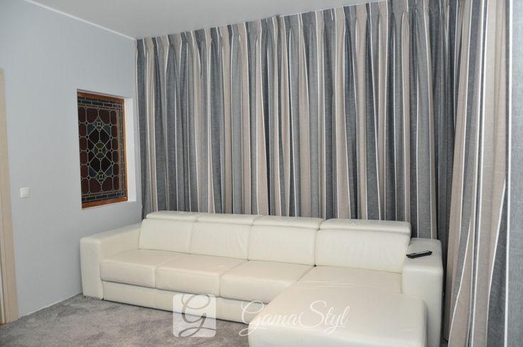 Zasłony upięte na fałdach stałych, salon http://www.gamastyl.pl/oferta/dekoracje-okien