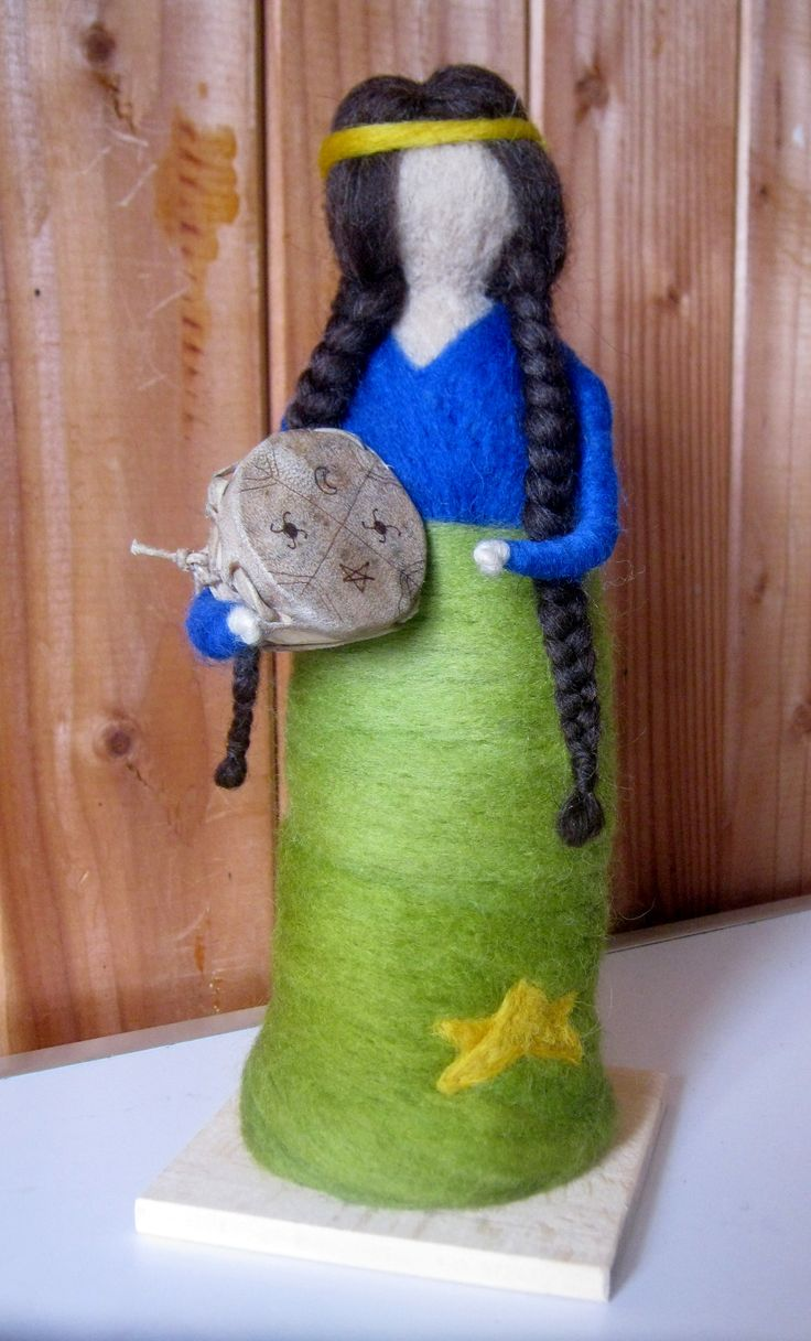 Muñeca de fieltro, representa etnia Huilliche de Chiloé