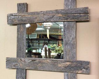 Belle suspension miroir réalisé avec du bois de palette réutilisés et authentiquement vieilli et miroir en verre de qualité.  Dimensions : 39 large par 34 de haut, étagère est 5 de profondeur  Le style naturel du bois que nous choisissons varie de planche à planche. Comme un flocon de neige, aucuns deux pièces de bois ne sont les mêmes, alors attendez-vous des variations mineures comme minuscules fissures, noeuds et les trous de clous, qui affiche l'historique de votre pièce.  Nous avons…