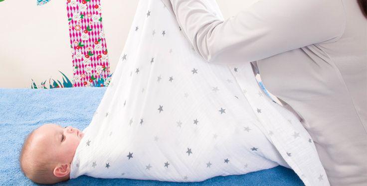 L'emmaillotage des nourrissons est une pratique qui se développe en France. Il est vrai que cet enveloppement peut leur procurer un sommeil apaisé. Trois méthodes au choix: sirène, lange fermé, australienne.