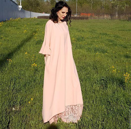 Платье из смешанной ткани (лен+ вискоза+стрейч), нежно-розового цвета. Ткань средней плотности, и фактура не ровная, с легкими заломчиками - имитирующая льняную помятость. Ткань слегка прозрачная, поэтому сразу скажу, что платье предложу с нижним платьем. К нижнему платью могу предложить блузку...