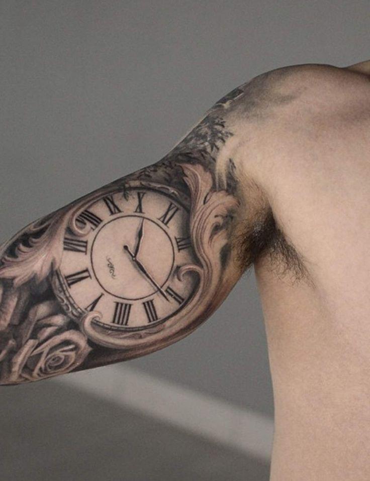 Une horloge sur le bras                                                                                                                                                                                 Plus