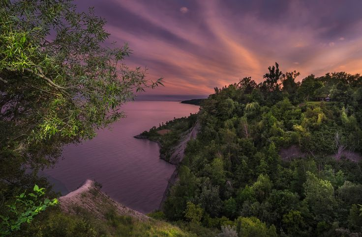 Sunset over the Scarborough Bluffs in Toronto. Bluffers Park is a favourite place for sunsets and couples wanting a scenic spot for engagement photos. #Sunset #Toronto #Engagement #Engagement_Photography