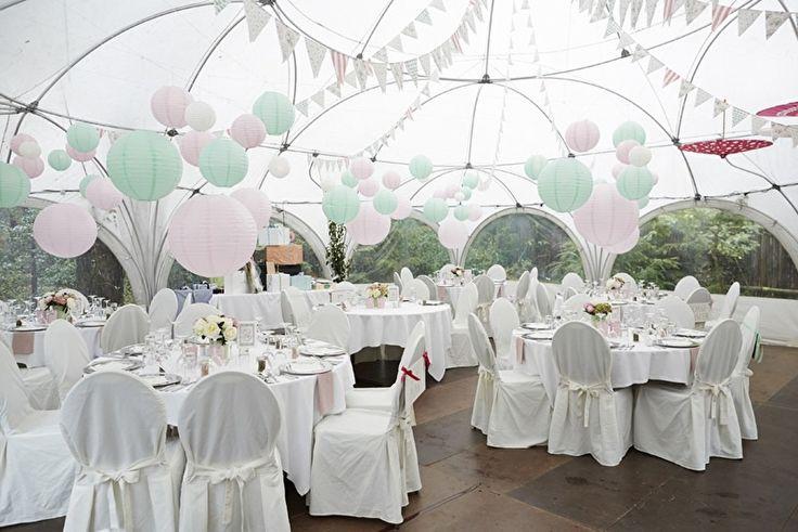 Mint groene en zacht roze lampionnen. Creëer meer sfeer met pastel kleuren.  Pastel coloured paper lanterns, mint green, old soft pink.   #lampion #pastel #mint #wedding #trouwen #styling #decoration #events #ibiza #bohemian #weddingideas #weddinginspiration #huwelijk #feest #party  Bruiloftsborden  Huwelijks ideeën Lantaarn  Lanterne en papier  Fete de mariage   Ibizastyle