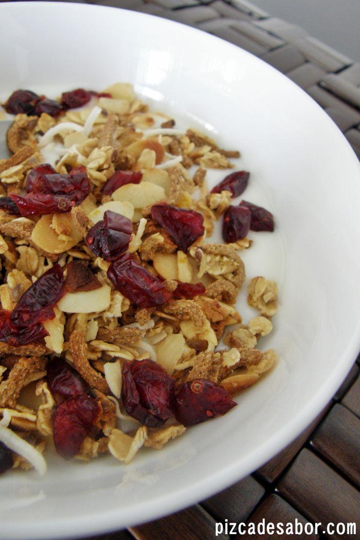 Deliciosa granola de naranja con almendra y coco, perfecta para desayunar o para tener de snack en la media tarde. Perfecta para comer yogurt, leche o sola.