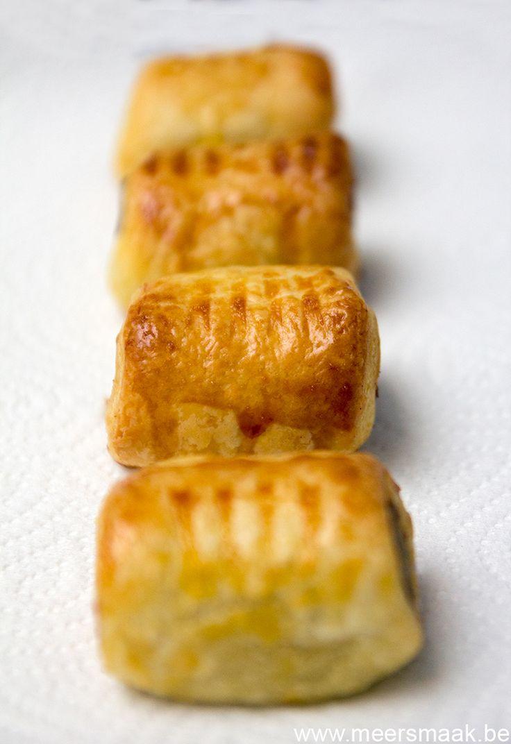 voor 20 mini worstenbroodjes:   300 g worst (chipolata)  1 rol bladerdeeg  1 eigeel    Bak de worst in wat olijfolie juist gaar.  Leg e...