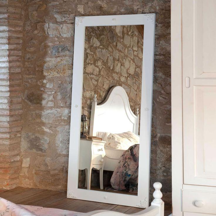 Specchiocon cornicein legno finitura shabby disponibile in vari colori, realizzato in Italia da Castagnetti.