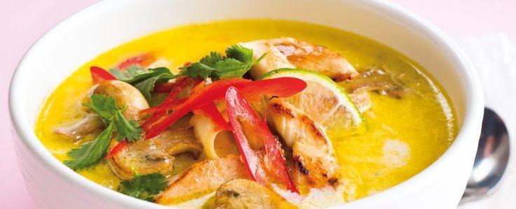 Olej rozpalte v hrnci a pak na něm 5 minut opékejte cibuli, přidejte česnek a zhruba po minutě i kuřecí maso. Nechte ho zprudka opéct a zatáhnout, v...