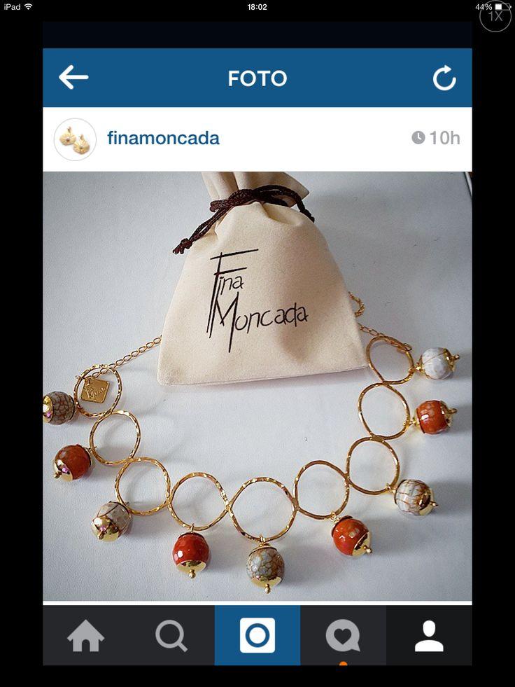 Collar en cobre con gemas y baño de oro. Fina Moncada . Instagram, Facebook , Twitter