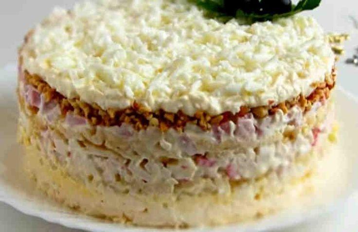 Если вы еще не пробовали такой салат, то мы вам очень советуем его приготовить. Готовить его очень просто, а получается нарядно и вкусно. При желании крабовые палочки можно заменить на мясо кальмара. Сделать этот слоеный салат можно, как в большом салатнике, как показано в видеоролике, так и в отдел