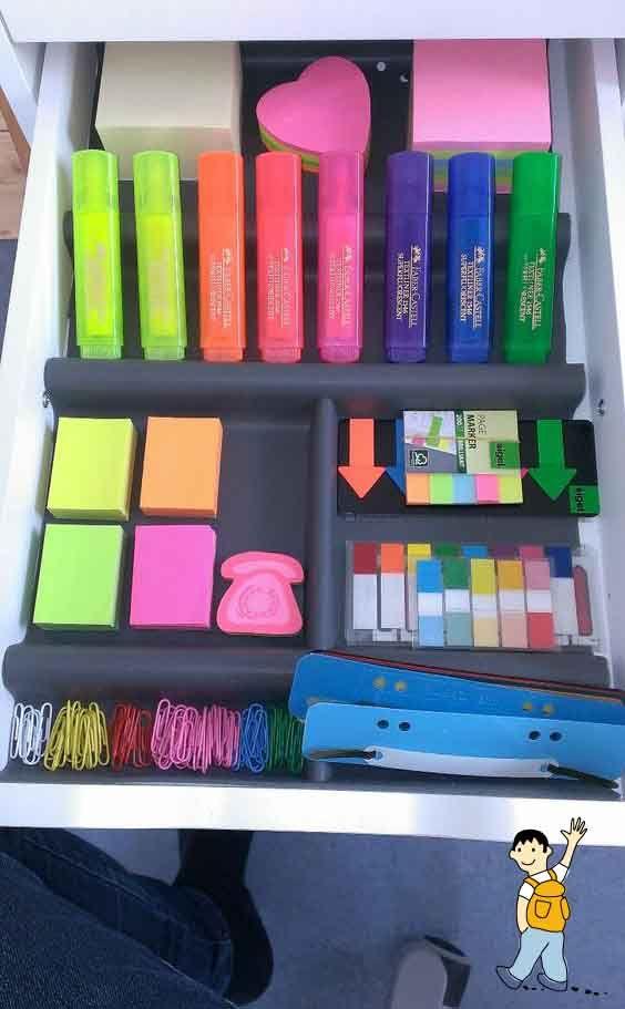 Despacho para profesores. Organizar bien los cajones de la mesa para encontrar el material fácilmente y aprovechar bien el espacio.