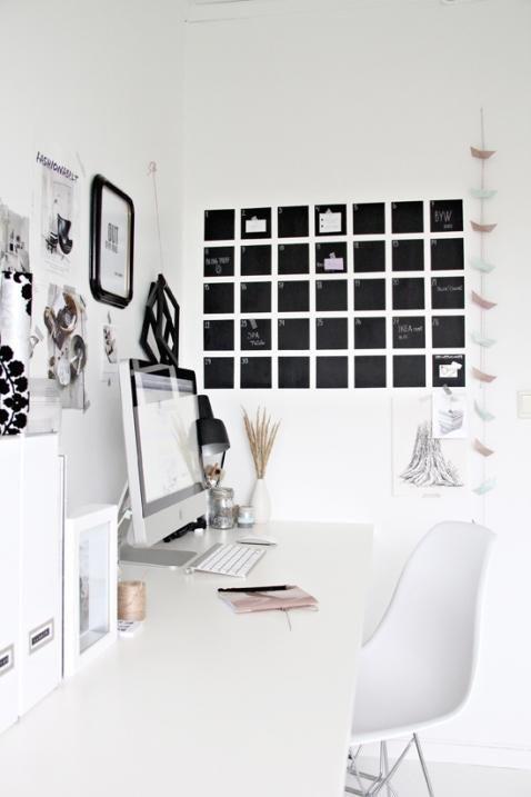 Zobacz zdjęcie Potrzebne: Farba biała Farba tablicowa Pędzle Wałki Biała taśma Kreda Wykonanie: Pomaluj całą ścianę białą farbą. Gdy wyschnie, pomaluj całą ścianę farbą tablicową i poczekaj aż wyschnie. Przyklej białą taśmę, aby powstało 7 kolumn i 5 rzędów. Kredą napisz dni, miesiąc itd. w pełnej rozdzielczości