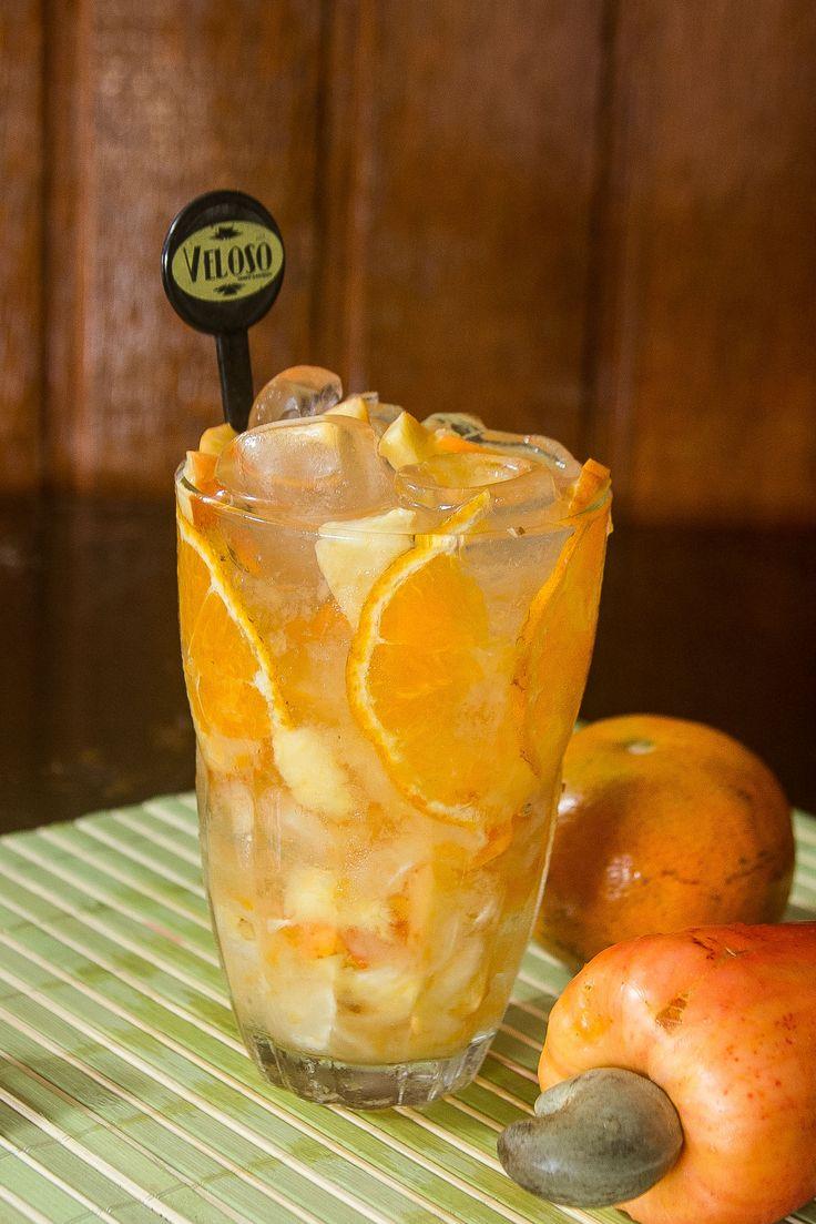 Caipirinha do Souza (Por Bar Veloso) -- 70ml de Sagatiba + 1/2 caju + 1/2 tangerina + 3 cubos de abacaxi + 3 col (chá) de açúcar + 8 pedras de gelo -- Junte todos as frutas e o açúcar em um copo para caipirinha e macere. Acrescente o gelo e a Sagatiba. Sirva com um mexedor.