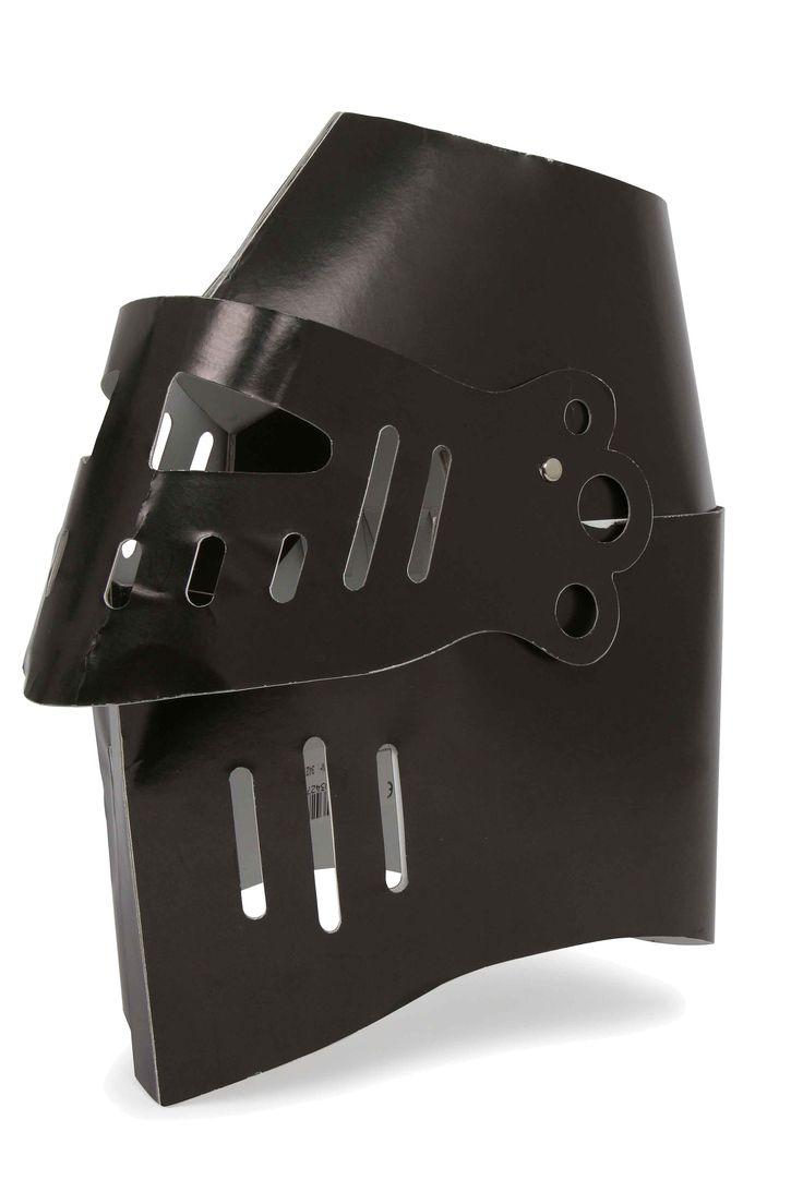 """Set van 2. Een zwart glanzende helm met inklapbaar vizier vergroot de speelwaarde van het ridderharnas """"Leeuw"""" en schild! Van stevig karton vervaardigd kan de helm goed worden gedragen en aan de drager worden aangepast."""