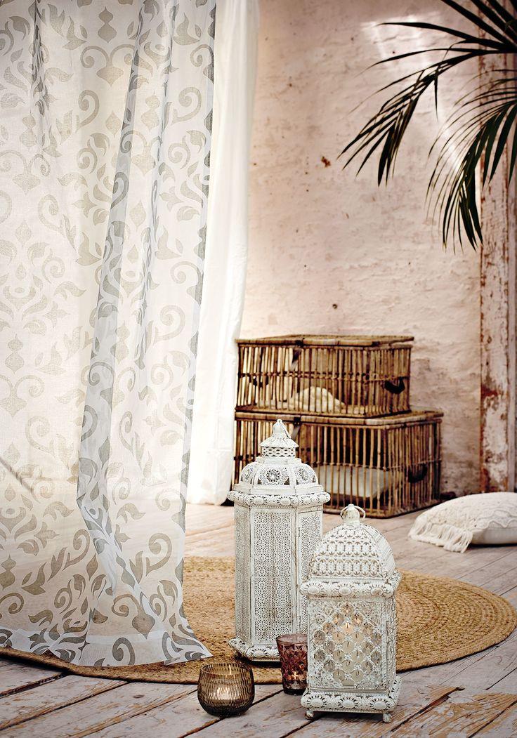 Verspielte Ornamente in Grau sorgen an diesem halbtransparenten Vorhang für einen Blickfang – und für etwas Blickdichte.