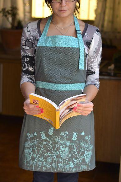 Proteção na cozinha com charme.   Avental de corpo, em tecido 100% algodão com estampa exclusiva e alça ajustável. R$ 67,90