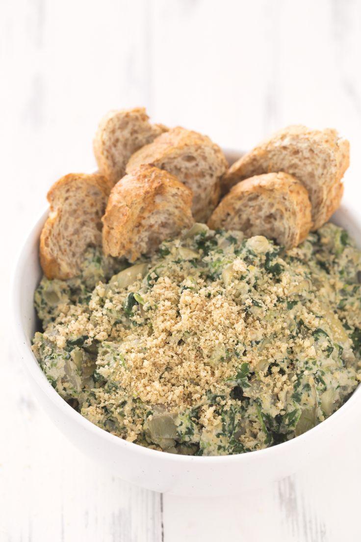 Este dip de espinacas y alcachofas vegano está listo en unos 30 minutos, es bajo en grasa y muy fácil de preparar. ¡Es el entrante o snack perfecto!