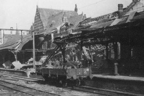 1944-02-22 De buitenzijde van het station en perron.