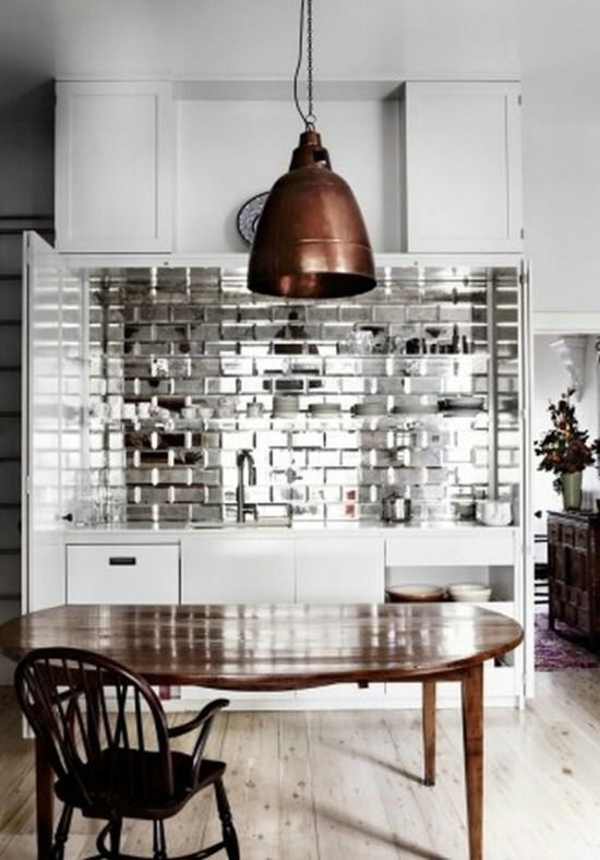 kleine Küche einrichten-Spiegelfliesen-weiße Küchenzeile