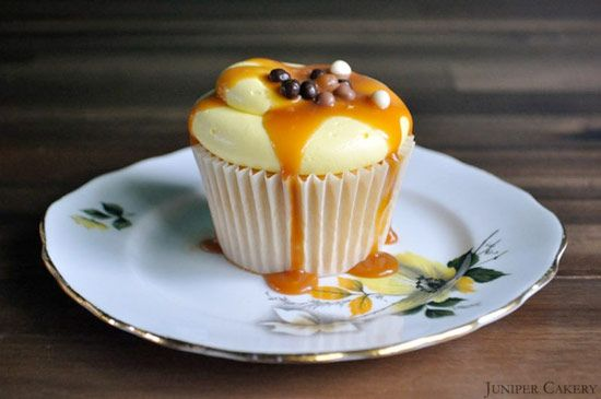 BANOFFEE Pie Cupcake Recipe ... filled with salted caramel sauce, swirled with creamy white chocolate & banana buttercream, drizzled with more salted caramel sauce & then finished with triple chocolate crisp balls. PERFECT!!!