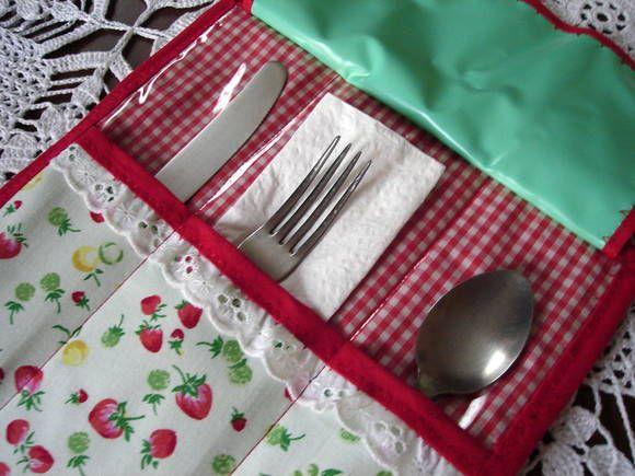 Porta talher confeccionado em tecido de algodão todo forrado por dentro com plástico para melhor higiene.