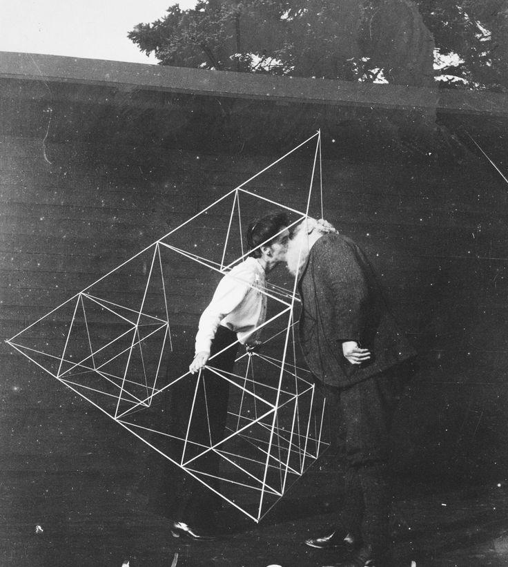 Em 1899, Alexander Graham Bell começou a fazer experimentos com pipas em busca de insights sobre a possibilidade de vôo motorizados. Inspirado pelo design de pipas de Australian Laurence Hargrave, Bell começaram a se multiplicar o número de células, criando estruturas bem complexas e vários modelos diferentes de pipas. Ao longo de anos experimentando em (...)
