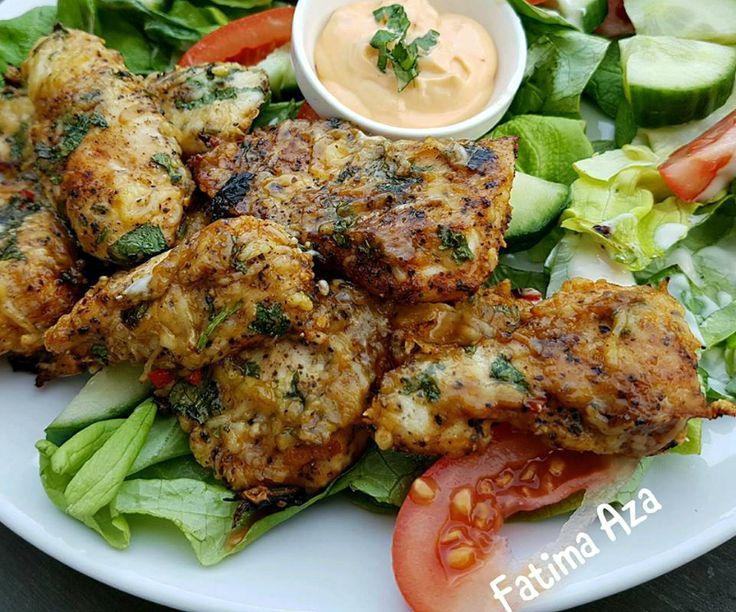 Vandaag vroeg aan tafel: Cheesy Chicken Tenders (kaas koriander kipreepjes) met wat salade. Snijd de kipfilet in repen en kruid deze met zwarte peper, zout en knoflookpoeder. Pak een kom en doe daar de geraspte kaas, fijngesneden koriander en fijngesneden peper bij.
