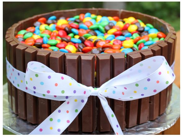 How cute would this cake be at a birthday party? It is very easy to make and would work well for girls or boys. Choose the color of ribbon that goes along with your party theme or leave it off all together for a boy. Kids would LOVE it! I know some adults that would, too :) Check out the EASY instructions at MadeInMelissa'sKitchen.: Cakes Ideas, Chocolates Cakes, Kits Kat Cakes, Cute Ideas, Cakes Recipe, M M Cakes, Candy Dishes, Candy Cakes, Birthday Cakes