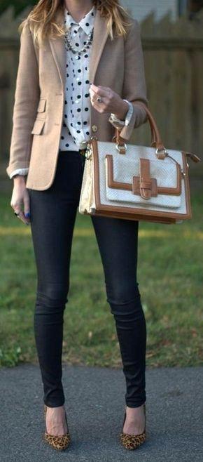 28b31598c81 Para seguir las tendencias usa un blazer de lana beige y unos vaqueros  pitillo negros. Luce este conjunto con zapatos de tacón de ante de leopardo  marrón ...