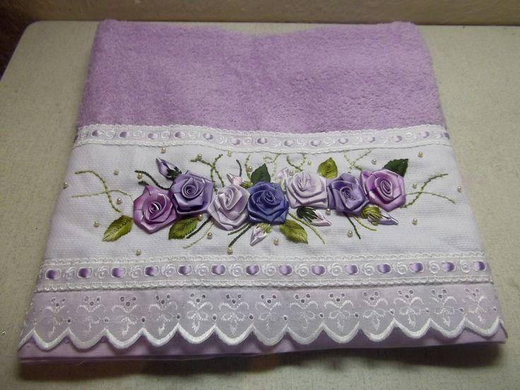Toalha de banho lilás, bordado com flores de fita e  barrado de bordado ingles