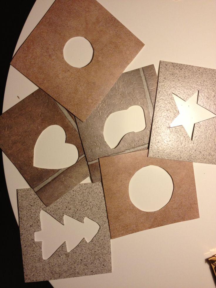 sjablonen gemaakt uit stalen linoleum de kinderen kunnen dit gebruiken op het krijtbord maar nu mogen ze dit gebruiken op papier, dan versieren en uitknippen! Daarna mogen ze het op het raam kleven (waar een kerstboom op kleeft)