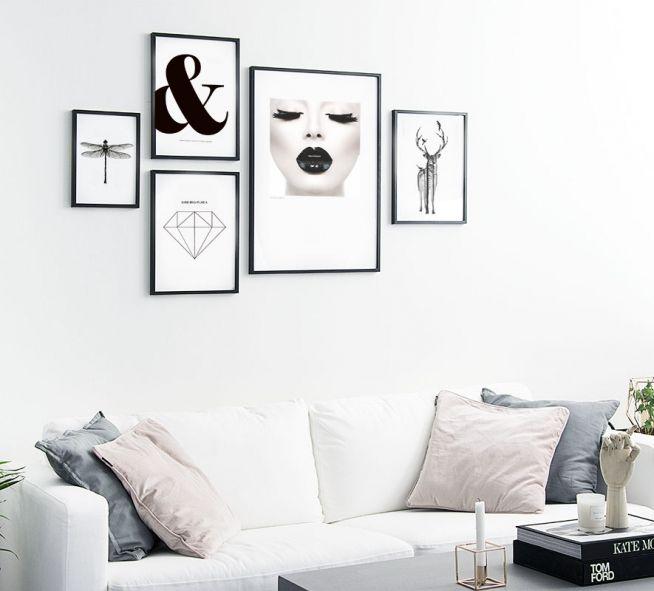 Sort-hvid billedvæg med fine plakater til stuen.