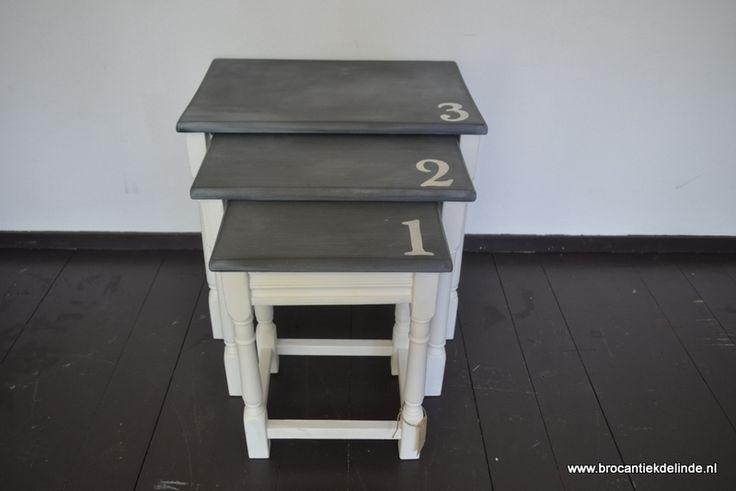 Set van drie bijzettafeltjes in oplopende grootte genummerd 1, 2 en 3 - Brocante meubels  - www.brocantiekdelinde.nl
