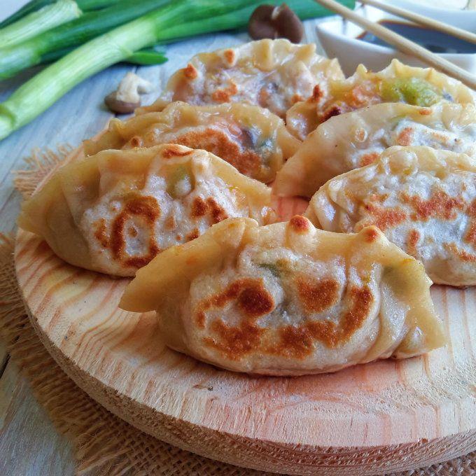 Deliciosas empanadillas chinas veganas. No seas intimidado, son fáciles! También puedes hacer las láminas de pasta para wonton para estar seguro que estan libres de todo producto animal.