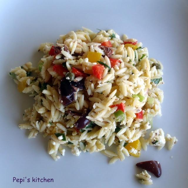 Σαλάτα με κριθαράκι, λαχανικά και φέτα