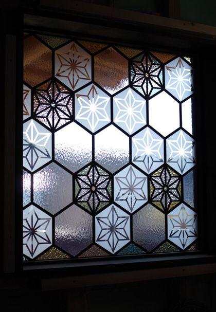 麻の葉柄でご依頼いただきましたステンドグラスのパネル。お部屋に明かりが灯るのが待ち遠しいです。 もっと見る