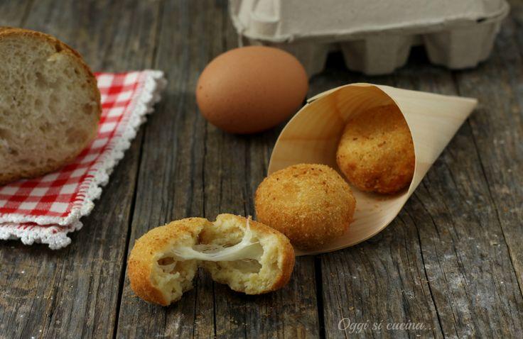Lepolpette di pane ripiene di mozzarellasono un'idea furba per quando abbiamo del pane avanzato da riciclare, gustose e facili da preparare.
