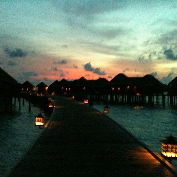 Solen går ner över #constance #halaveli på #maldiverna #jordenruntmedving #vingresor #ving Läs mer om Maldiverna på http://www.ving.se/maldiverna/maldiverna