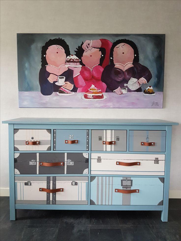 Handgeschilderd gerestyled dressoir. Waarvan de 8 lades zijn omgetoverd tot een uiterlijk van verschillende koffers. H 96 cm B 162 cm D 51 cm