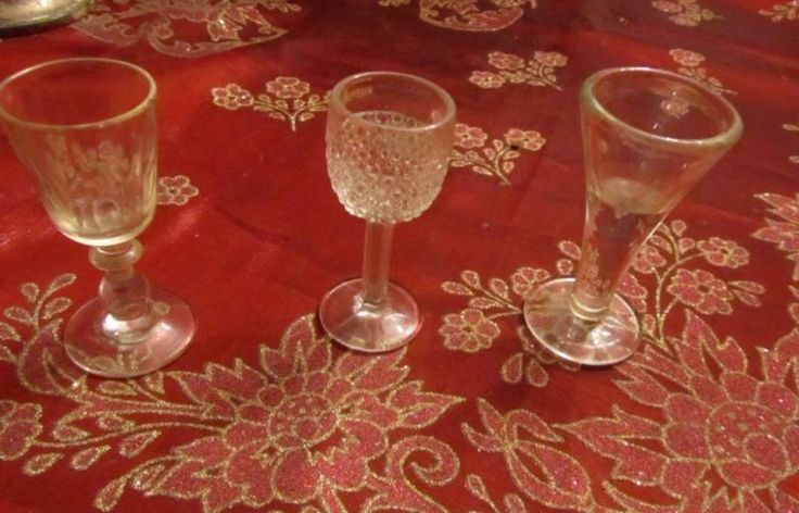 drei Stück klein antik alt Trinkglas Glas dickwandig Handarbeit  auch einzeln abzugebenVersand möglichKeine Rücknahme , PrivatverkaufACHTUNG WICHTIGER HINWEIS!! Wegen der neuen Gesetzesbestimmungen erfolgt der Verkauf unter Ausschluss jeglicher Gewährleistung, Garantie und Rücknahme. Da es sich um einen Privatverkauf handelt kann ich keine Garantie nach neuem EU-Recht übernehmen. Der Käufer erklärt sich damit einverstanden und erkennt dies mit seinem Kauf an! Laut dem neuen EU-Recht muss…
