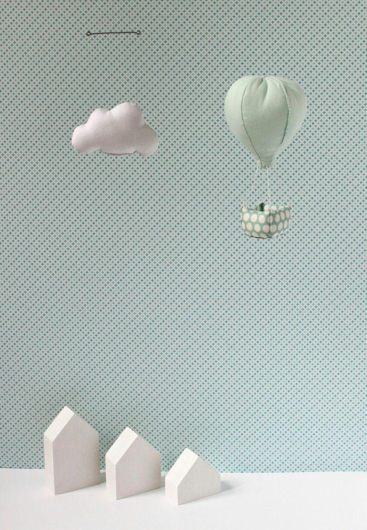 Mobile montgolfière avec nuage mint  Déco pour chambre d'enfant par la marque Mininelle  Fait main, made in France