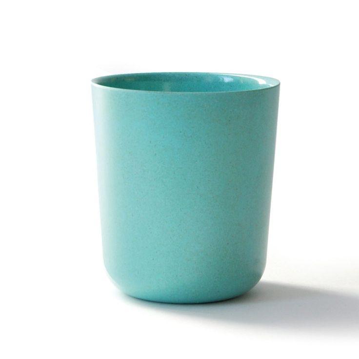 Une tasse design, ludique et pratique pour boire le café de 10h entres collègues ou à emporter en pique-nique ! Fabriquée à partir de fibres de bambou, elle est écologique et biodégradable (comptez 2 ans sur un compost). légère, elle pourra accompagner vos bambins à l'école.  D: 9 x 8,5 cm. Youpie, elle passe au lave -vaisselle ! Par contre pas de micro-ondes... 6,50 € http://www.lafolleadresse.com/vaisselle-en-bambou/2304-tasse-9-cm-ekobo-lagon.html