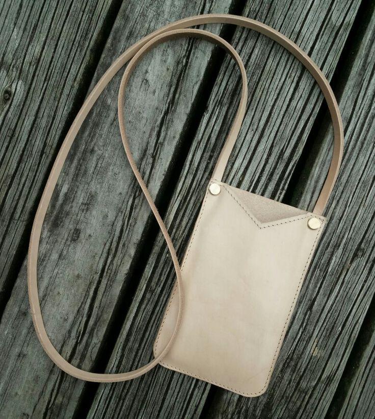 Vege tan phone pouch
