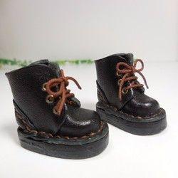 上質な栃木レザーのヌメ革で作成しました、手縫いのベルトブーツです。 ショート丈にしています。 以前のショートブーツよりやや大きめにしてます。 靴底も厚めです。 革も固くてしっかりとしています。お色は黒です。ブライスさんにインテリアのディスプレイに・・・ 色々楽しんでください。------------------------------------------------ サイズ/靴底 約3.7cm、高さ 約3cm ------------------------------------------------ブライスさんに履かせる場合、色移り防止のため 靴下やタイツなどを着用されることをお勧めいたします。撮影の際に使用しているお人形・小物類は含まれません。 タイトル品のブーツのみの出品となります。