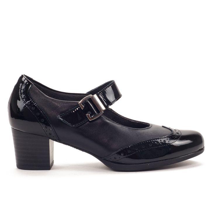 Zapato vestidor muy cómodo, con delgada plataforma de goma par un mayor confort. Combinado de piel negra con charol en punta talón y tira. Abrochado tipo mercedes con ajuste por velcro, la hebilla sólo es decorativa. Tacón ancho que ofrece una gran estabilidad.