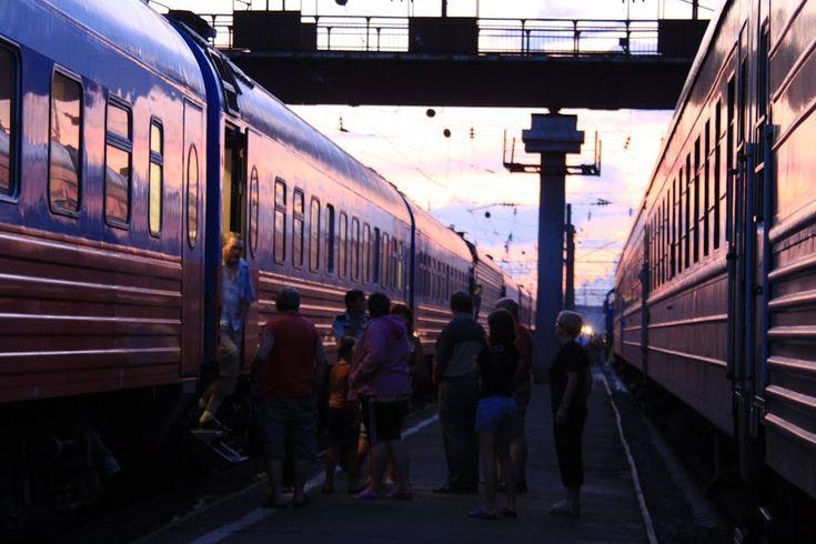 O Transiberiano é uma viagem mítica para todos os amantes de comboios e, mesmo para aqueles afastados destas andanças, é conhecida como a travessia mais longa de comboio do mundo. Na realidade existem quatro linhas diferentes, começando todas em Moscovo e ramificando-se a partir de determinado ponto. O Transiberiano propriamente dito termina no extremo este …