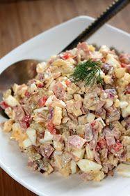 U nas na kolację sałatka, konkretna w smaku, dość pikantna, z pewnym tajemniczym składnikiem :)       Składniki :  3 ogórki kiszone (bez sk...