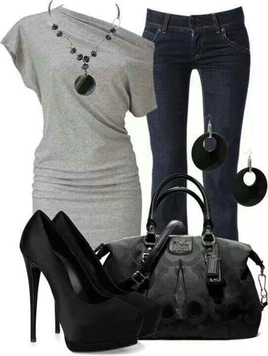 Combinación gris negro, zapatillas negras y maxi bolso negro