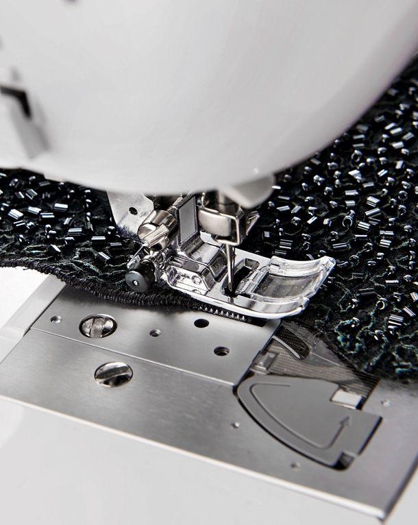 burda style, Wichtige Nähmaschinen-Stiche im Überblick , Die moderne Nähmaschine hat eine ganze Reihe verschiedener Stiche zur Auswahl. Wann welcher Stich die richtige Wahl ist, ist oft nicht leicht zu entscheiden. Wir zeigen hier die gebräuchlichsten Maschinenstiche und wofür sie verwendet werden können.