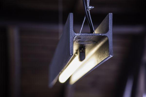 Dřevo a kov jsou hlavními aktéry v interiéru a nehrají v něm jen své tradiční role. #industrial #design #light